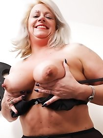 Chubby British mature babe uses sex toys