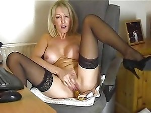 Your mommy plays with hot pussy for me !